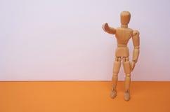 VI ÖNSKAR DIG - träskyltdockan, dockan, punkter hans finger på dig med copyspace Kan användas för affärsidéen, hyra Arkivfoto