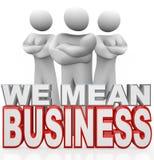 Vi betyder att armar för affärsfolk korsade allvarliga Achievers Arkivbilder