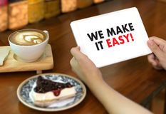 VI GÖR DET LÄTT! Affärslaghänder på arbete med finansiell repo royaltyfri foto