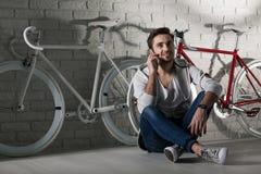 Vi kan gor för en cykelritt tillsammans Arkivbilder