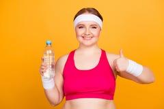 Vi raccomando per bere l'acqua mentre mi preparo! Ritratto di grasso Fotografie Stock Libere da Diritti