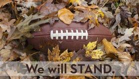 Vi ska stå för nationalsången på fotbollleken royaltyfri foto