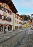 Via accogliente con le facciate amoroso dipinte delle case Fotografia Stock Libera da Diritti