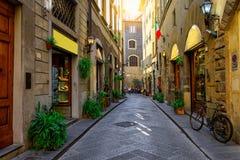 Via accogliente stretta a Firenze, Toscana fotografie stock