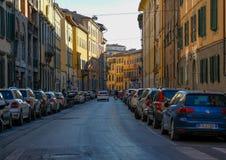 Via accogliente stretta a Pisa, Toscana, Italia immagini stock libere da diritti