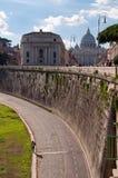 Via al lato del fiume di Tevere con Vaticano Immagine Stock
