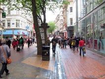 Via ammucchiata ed occupata della città. Fotografia Stock Libera da Diritti