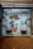 VIA ART Painting sul havi sveglio delle sorelline della parete due Immagini Stock Libere da Diritti