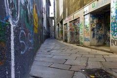 Via Bagnera, een smalle straat in het hart van de stad van Milaan Stock Foto's
