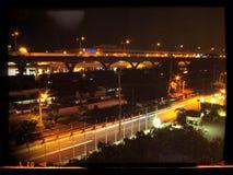 Via Bangkok di notte immagini stock libere da diritti