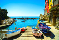 Via, barche e mare del villaggio di Riomaggiore Cinque Terre, Ligury, immagine stock libera da diritti