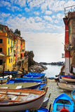 Via, barche e mare del villaggio di Riomaggiore Cinque Terre, Ligury, Fotografia Stock Libera da Diritti