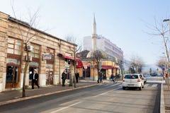 Via bosniaca moderna con il minareto Fotografie Stock