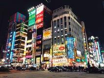 Via brillante ed occupata di Tokyo immagini stock libere da diritti