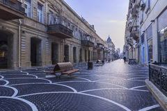 Via centrale a Bacu nelle prime ore del mattino l'azerbaijan fotografie stock libere da diritti