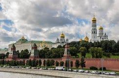 Via centrale della riva del fiume, Mosca Fotografia Stock
