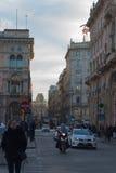 Via centrale a Milano, Italia, vicino a Piazza Duomo fotografie stock
