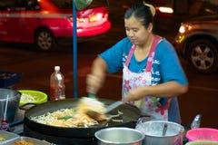 Via che cucina donna a Bangkok Fotografie Stock