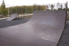 Via che pattina nel parco aperto del pattino Pattinare estremo in uno skatepark concreto fuori Il skateboarder fa uno sport estre fotografie stock libere da diritti