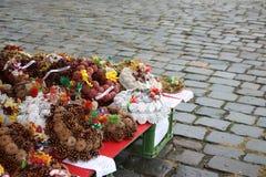 Via che vende le corone prima della festività di tutto il giorno delle anima Immagine Stock Libera da Diritti
