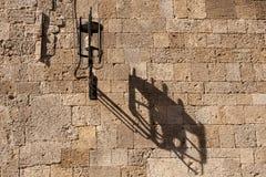 Via in città medival di Rodi fotografie stock libere da diritti
