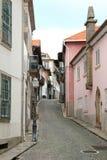 Via cobbled portoghese graziosa a Oporto fotografia stock libera da diritti