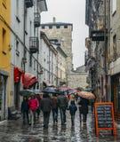 Via commerciale durante il giorno piovoso nella città alpina italiana di Aosta in Italia nordoccidentale Fotografia Stock