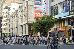 Via commerciale moderna della città, strada dei negozi urbana con la gente ammucchiata, vista della via della Cina immagini stock