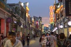 Via commerciale moderna della città, strada dei negozi urbana con la gente ammucchiata, vista della via della Cina fotografie stock