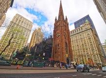 Via con i turisti ed il traffico e chiesa di trinità in Manhattan Fotografia Stock Libera da Diritti