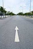 Via con il simbolo della freccia di traffico Fotografie Stock