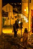 Via con la gente alla notte in Saint Emilion Immagine Stock Libera da Diritti