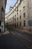 Via con la linea tranviaria a Lisbona Fotografie Stock