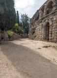 Via con la parete di forum romano Fotografia Stock
