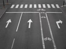 Via con la pista ciclabile Immagini Stock