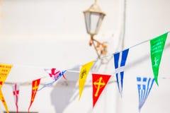 Via con le bandiere variopinte in Mykonos, Grecia Fotografia Stock