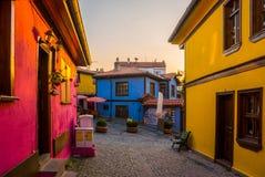 Via con le Camere variopinte ed i ciottoli nella città di Eskishehir, Turchia fotografia stock libera da diritti