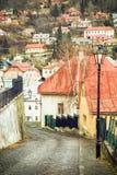 Via con le case antiche nella vecchia città Banska Stiavnica illustrazione di stock