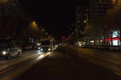 Via con traffico alla notte a Berlino, Germania Fotografia Stock