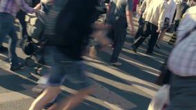 Via d'attraversamento della gente Attraversamento ammucchiato stock footage