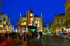 Via Dante-het winkelen straat met mensen bij nacht Stock Fotografie