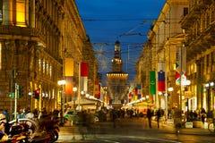 Via Dante-het winkelen straat met mensen bij nacht Royalty-vrije Stock Foto's