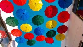 Via decorata con gli ombrelli colorati stock footage