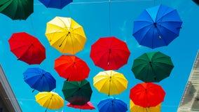 Via decorata con gli ombrelli colorati video d archivio