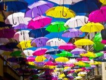 Via decorata con gli ombrelli colorati, Agueda, Portogallo Immagini Stock