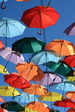 Via decorata con gli ombrelli colorati. Madrid, Getafe, Spagna Fotografie Stock Libere da Diritti