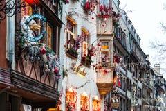 Via decorata festiva durante il natale a Strasburgo Immagine Stock