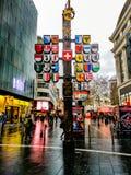 Via degli emblemi della bandiera di mylticolor di Londra immagini stock