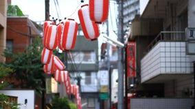 Via del centro di giorno di Kagurazaka stock footage