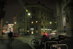 Via del centro Di Milaan, in de nachtelijke atmosferen stock foto's